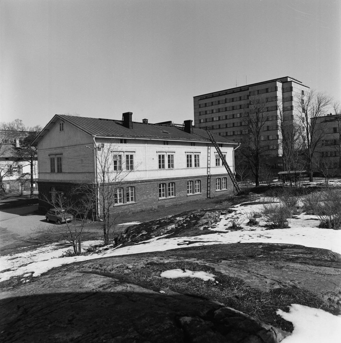 Kivelän sairaalan puurakennus, Sibeliuksenkatu 14. Taempana oleva kerrostalo kuuluu Hesperian ...